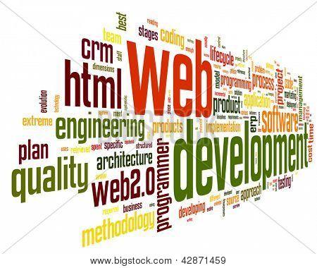 Conceito de desenvolvimento Web na nuvem de Tags palavra sobre fundo preto