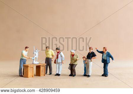 Miniature People, The Sculpture School Teaches Sculpture Courses And Sculpture Classes.