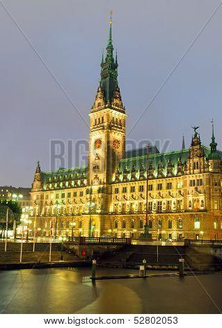 Hamburgs townhall at night