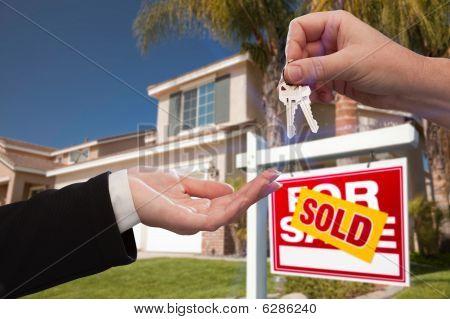 Overhandigen van de sleutels voor nieuw huis