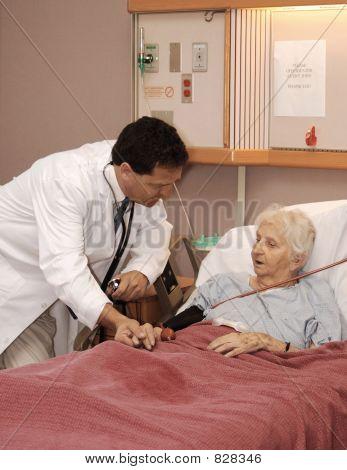 assistir a mulher sênior no hospício