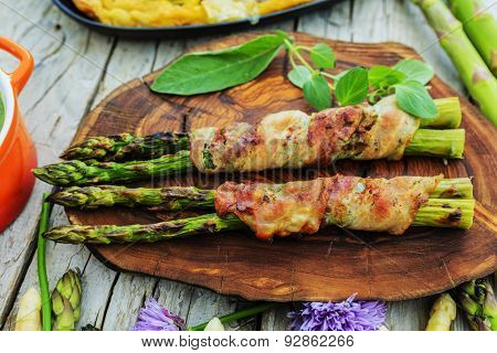 Asparagus - the delights of white and green asparagus, a variety of dishes