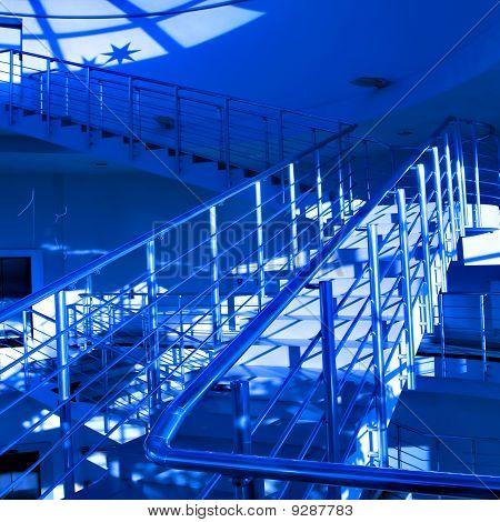 Blaue Halle des Business Center mit Treppe