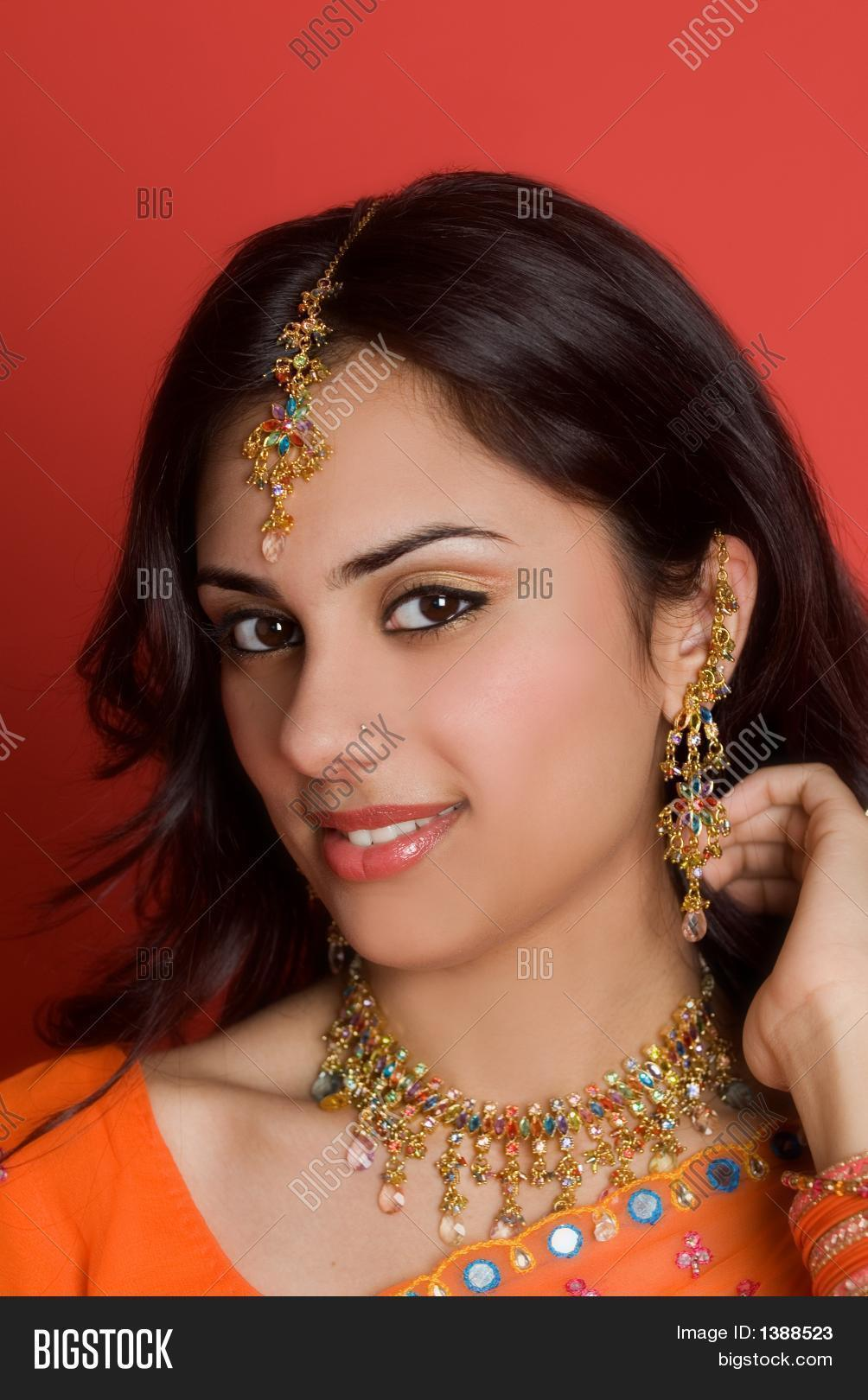 intervale hindu single women Hindu woman from india wearing a bindi a bindi ( hindi : बिंदी , from sanskrit बिन्दु bindú , meaning point, drop, dot or small particle) is a coloured dot worn on the centre of the forehead, originally by hindu and jain women.