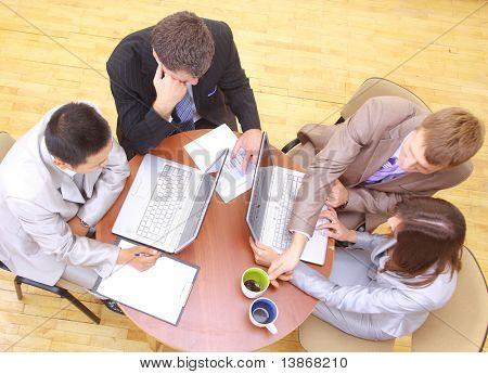 Vista superior de sentarse en la reunión de empresarios
