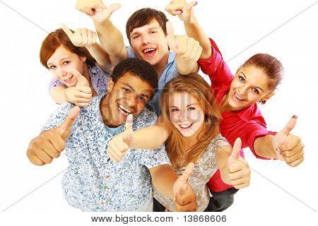 Groep gelukkig vreugdevolle vrienden permanent met handen omhoog geïsoleerd op witte achtergrond