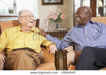 Senior mannen ontspannen in Fauteuils
