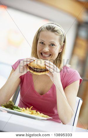 在一家咖啡厅吃午餐的女人