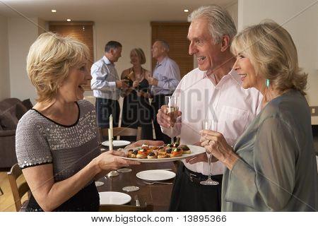Frau Serving Hors d ' oeuvres für ihre Gäste auf einer Dinnerparty