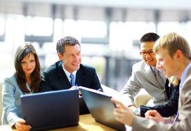 Reunión de negocios - Gerente de discutir el trabajo con sus colegas