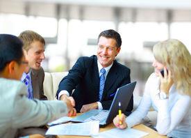 Empresarios estrecharme la mano, terminando una reunión