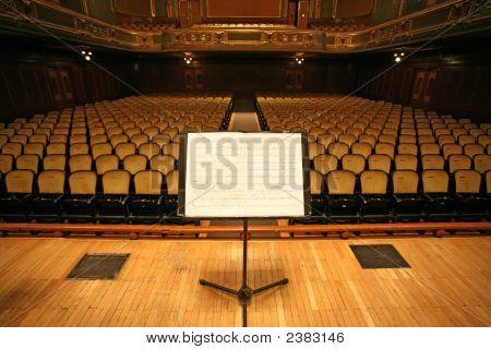 Pupitre et chaises avec un Theaterauditorium ou Opera