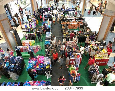 Bangkok Thailand 22 April 2018: Many People Shopping Sport Equipment In Mid Year Sale In The Centarl