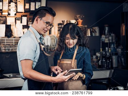 Asia Barista Waiter Take Order From Customer In Coffee Shop,cafe Owner Writing Drink Order At Counte