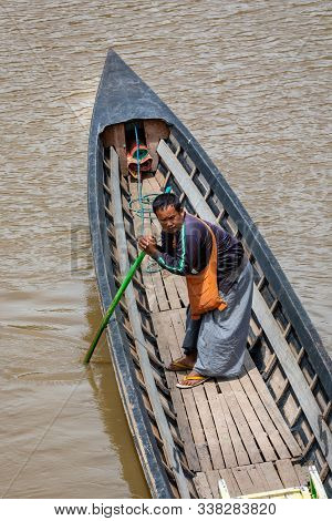 Canton De Nyaungshwe, Shan / Myanmar. July 31, 2019: Burma Fisherman In His Boat In Inle Nyaung Shwe