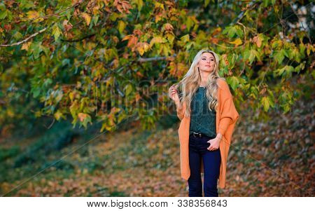 Cozy Outfit Ideas For Weekend. Woman Walk Sunset Light. Cozy Casual Outfits For Late Fall. Comfortab