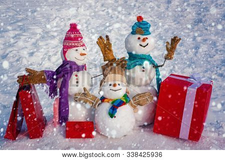 Winter Sale Banner. Delivery Gifts. Snowman Gifting. Snowman - Father, Mother And Snowman - Baby Sur