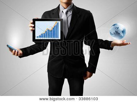 eine glühende Erde und Tablet, Handy halten in den Händen