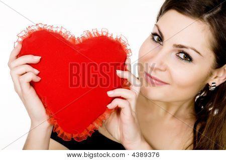 Niña con corazón rojo