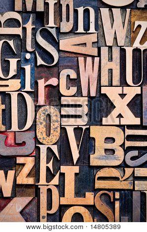 Eine zufällige Auswahl von hölzernen Buchdruck Zeichen als Hintergrund, engen Fokus.