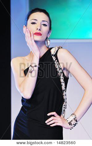 Gruppe-junge Modelle posiert auf Fashion Show piste