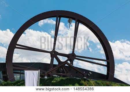 Circular Structure Wheel Mill Shaped: Modern Architectural Design