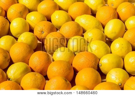 the fresh oranges in a wooden box