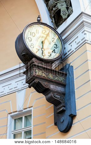 The first electric clock in St. Petersburg (1905) on the Arch of the General Staff. The inscription on the clock: