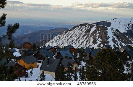 Las casas en el valle al lado de la montaña nevada