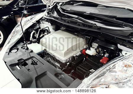 Electric car accumulator in the hood