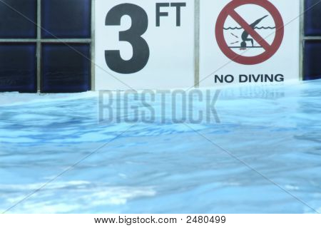 3 Feet And No Diving Sign On Poolside