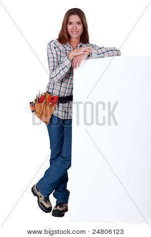 Pie de mantenimiento detrás de un cartel en blanco