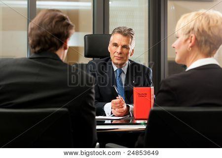Maduro advogado ou notário com clientes em seu escritório em uma reunião