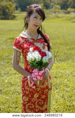 Irene Was Wearing Wedding Dress For Pre-wedding Shooting, She Was Choosing Chinese Traditional Dress