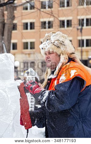 St. Paul, Mn/usa - January 25, 2020: Ice Sculptor At Multi-block Ice Carving Competition Using Chain