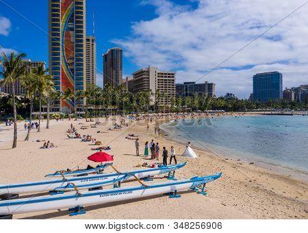Waikiki, Hi - 19 January 2020: Traditional Canoes In Front Of Hilton Rainbow Tower On Waikiki Beach