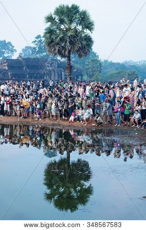 Krong Siem Reap, Cambodia - 6 April 2013: Crowds Of Tourists Along The Lake Of Ankor Wat Waiting For