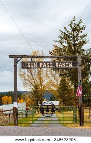 Fort Klamath, Oregon, Usa - October 23, 2018: Wooden Archway Entrance To Sun Pass Ranch Near Fort Kl