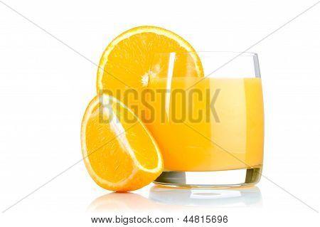 Свежий апельсиновый сок в стакан