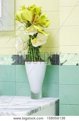 Beautiful green flower decor in bathroom design