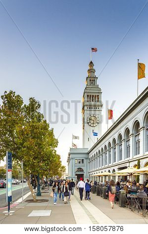 San Francisco CA USA Octobre 221016: People walking under the Ferry building in San Francisco