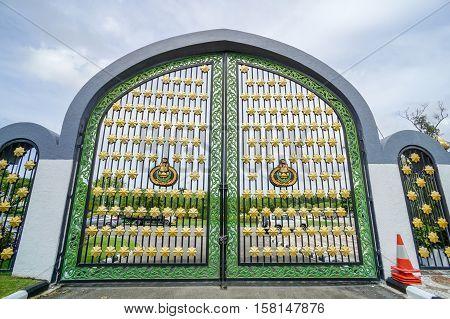 Bandar Seri Begawan,Brunei-Nov 11,2016:Entrance gate to famous Jame'asr Hassanil Bolkiah Mosque in Bandar Seri Begawan,Brunei.it is the largest mosque in Brunei & known locally as the Kiarong mosque.