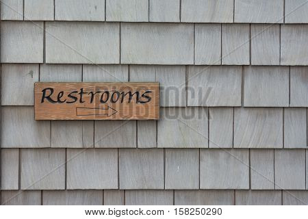 A sign on the wall points the way to the restrooms