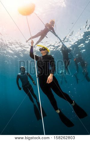 Free diver training to ascend along the rope