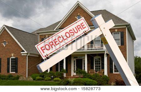 Signo de una ejecución hipotecaria en frente en casa moderna