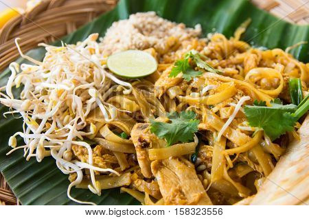 pad thai with bean sprouts and peanuts