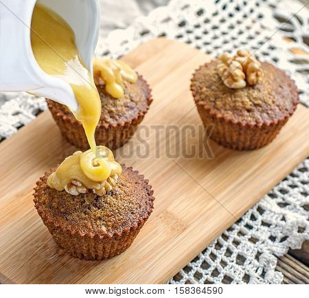 Moist muffins with dates and homemade toffee caramel