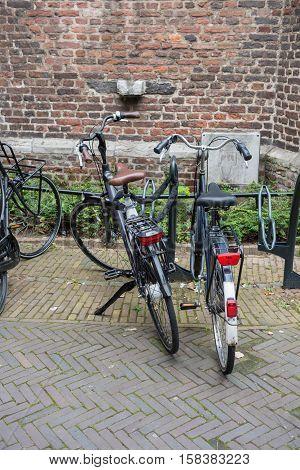 Zwei Fahrräder in der Innestadt von Venlo an einer Backsteinmauer