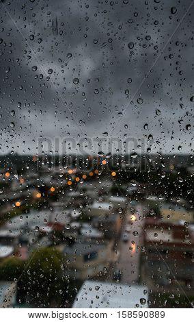 Mirando a través de la ventana un día lluvioso