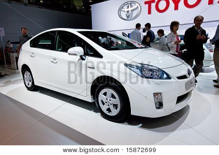 Moskau, Russland august 25: Auto Tayota Prius bei Moskau Internationale Ausstellung Interauto auf weiß